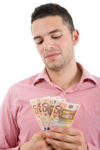 Mies tarjoaa rahaa 19-vuotiaalle